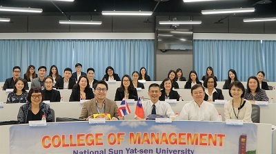Associate Dean Jui-Kun Kuo, College of Management, NSYSU (center) attended the opening ceremony and took photo with the workshop participants.